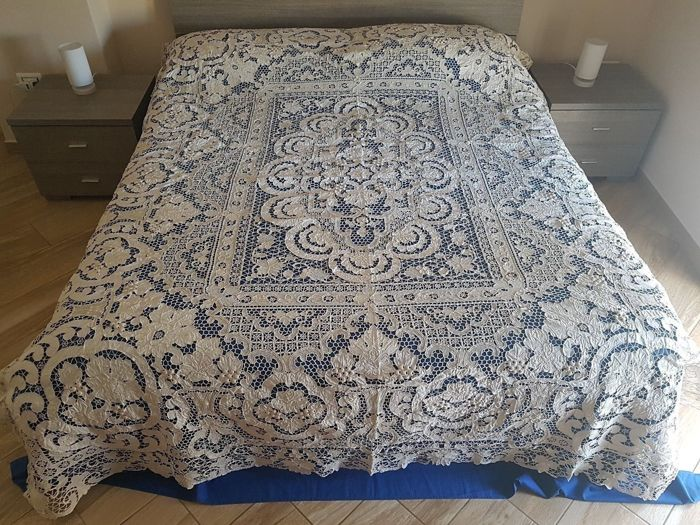Museum-quality bedspread, 100% pure linen with Venice Burano embroidery, 8 bunches, entirely handmade