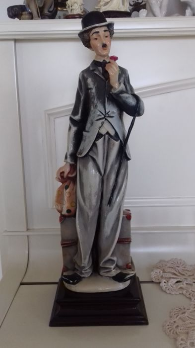 Sculpture in Capodimonte porcelain, signed Miriam, portraying Charlie Chaplin - height 45 cm - weight; 2703 grams