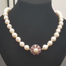 Magnificent Japanese Akoya pearl necklace with two large-calibre sea pearls and 14 kt white gold clasp with 16 small rubies of 0.72 ct in total No reserve price