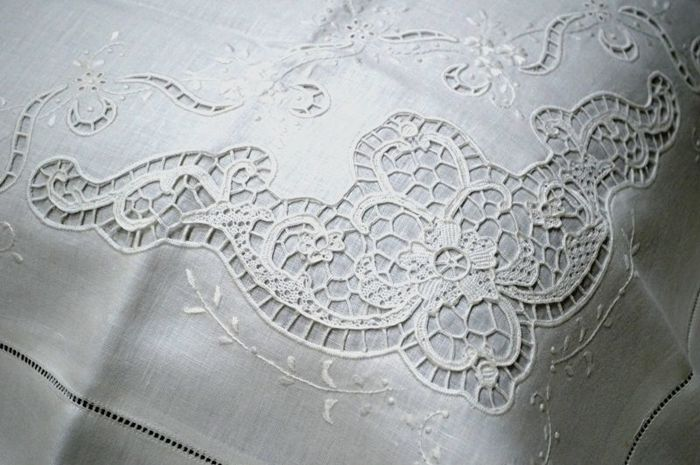 Museum-quality piece, 100% pure linen Bellavia Ricami double bed sheet with handmade satin stitch and Burano Venice lace embroidery