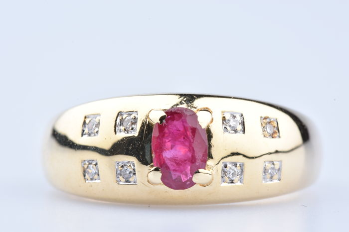 Ring in 18 kt yellow gold with ruby of 0.20 ct approx. and 8 diamonds of 0.08 ct approx. in total - Size 56.