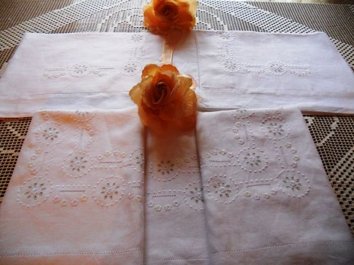 Lot consisting of a 100% pure linen double bed sheet with satin stitch handmade embroidery