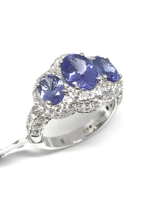 18 kt white gold ring, Central oval tanzanite 2 ct, + 2x 1 ct on the side diamond pavé of 1.42 ct, colour G/SI1, size 54, resizing free of charge Ring body dimension 4.2 mm/motif 14 x 18.8 mm