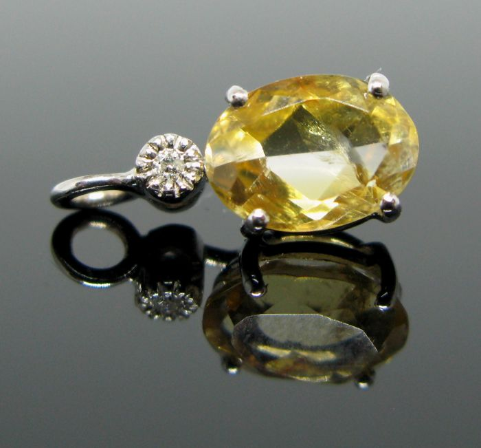 18 KT White gold pendant set with 1 natural yellow quartz oval-faceted-cut 1,50 ct and 1 diamond round-brillant-cut tot ct 0,03 G/VVS1.++ NO RESERVE PRICE ++