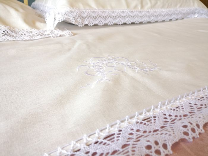1 double sheet and two pillowcases in pure linen with lace border. Never used