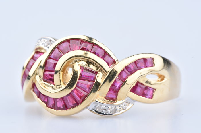 Ring in 18 kt (750) yellow gold, 32 baguette rubies approx. 0.96 ct in total, 6 diamonds of approx. 0.06 ct in total