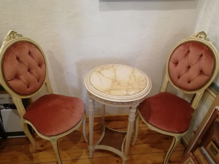 Two white lacquered seats and a table in Louis XVI style, 20th century