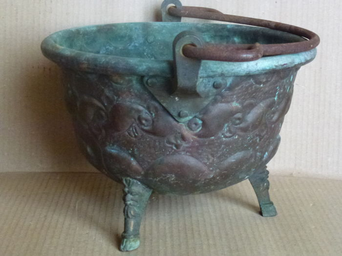 Heavy multipurpose copper cauldron with handmade bas-relief workmanship, placed on four Arabesque legs - first part of the 20th century - Northern Italy