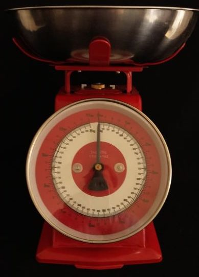 Kitchen scale with vintage look