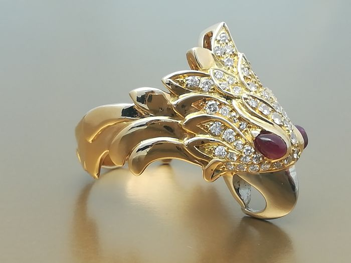 Stunning cocktail ring in 18 kt yellow gold in eagle head shape with a total of 70 brilliant cut diamonds of 0.67 ct and two rubies as the eyes