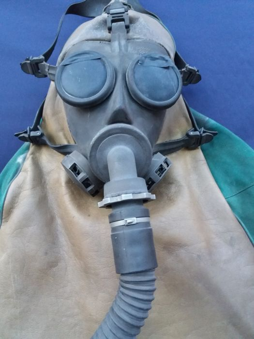 Gas mask made by Milanese company R. Spasciani in leather and fabric - Italy - 20th century