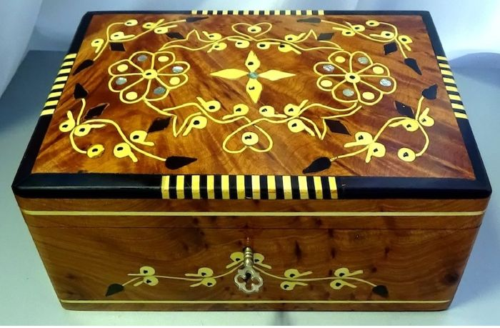 Fine box in mahogany wood polished by hand and with inclusions of mother-of-pearl