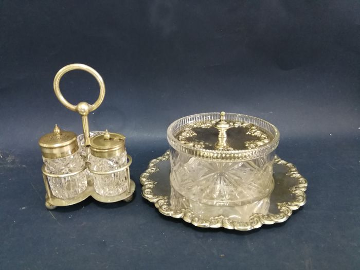 Butter dish in glass with decorated silver plated lid + a set of salt/pepper shakers
