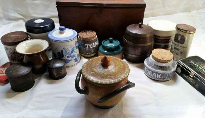 Cigars dryer 'Optima Merce' + various, 14 tobacco boxes in glass - earthenware - tin + old earthenware 1 'kwispeldoor' + 1 snuff bottle