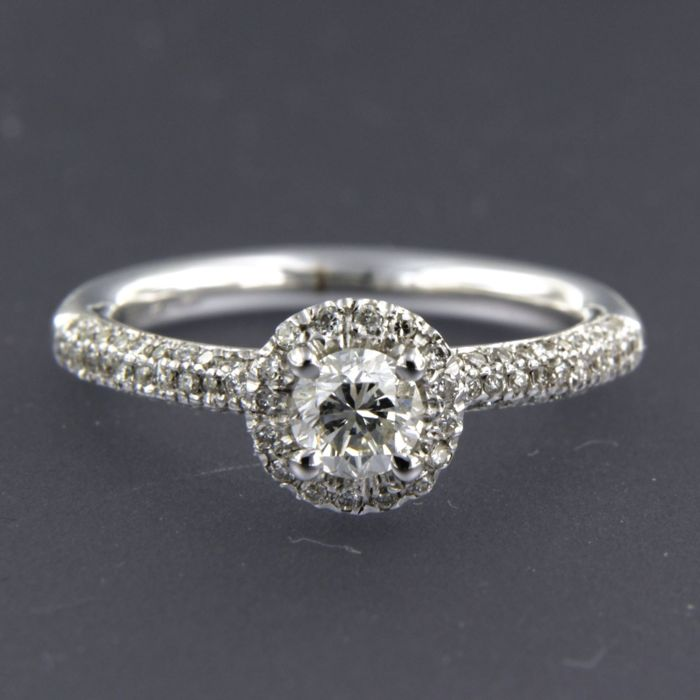 14 kt white gold ring set with a central 0.50 ct brilliant cut diamond and 86 brilliant cut diamonds of 0.45 ct, ring size 18 (56)