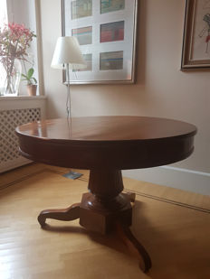 Round walnut table with four chairs Italy, first half of the 19th century