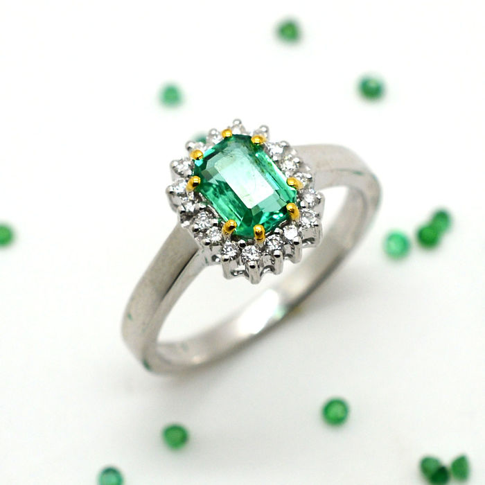 Ring in 18 kt gold with emerald and brilliant cut diamonds totalling 1.10 ct - No reserve