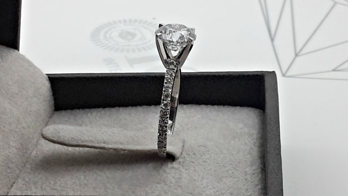 IGL 2.35 ct round diamond engagement solitaire ring made of 18 kt white gold