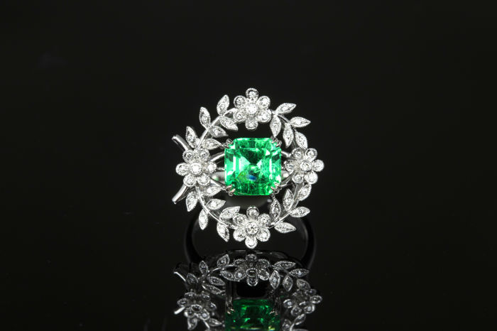 Minor Colombia Emerald 2.51 ct and  18K gold ring with  diamonds and , ring size:11, GIA certified