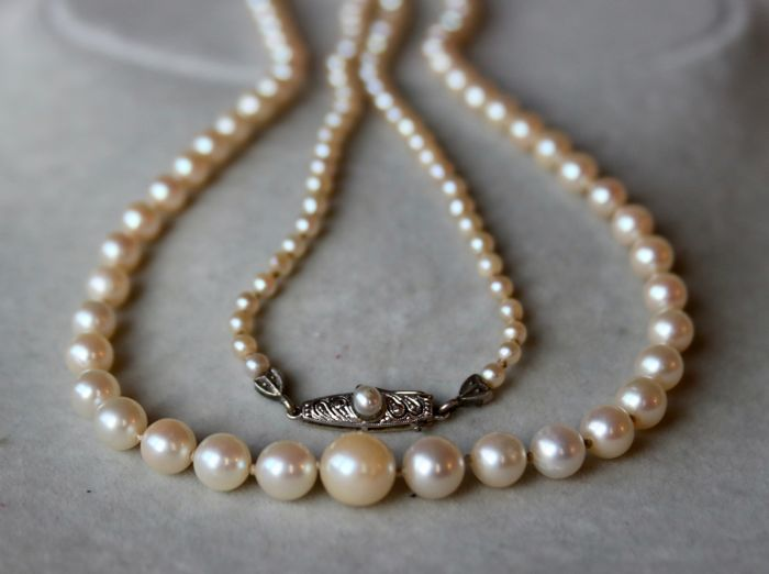Akoya matinee necklace with genuine Japanese sea/salty pearls with good luster enchanted by a 14K gold clasp, around 1930