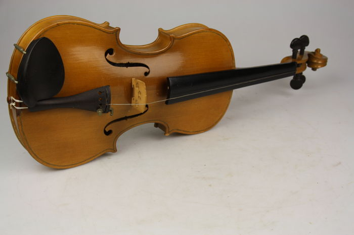 Old Violin in case with 2 bows - Parrot