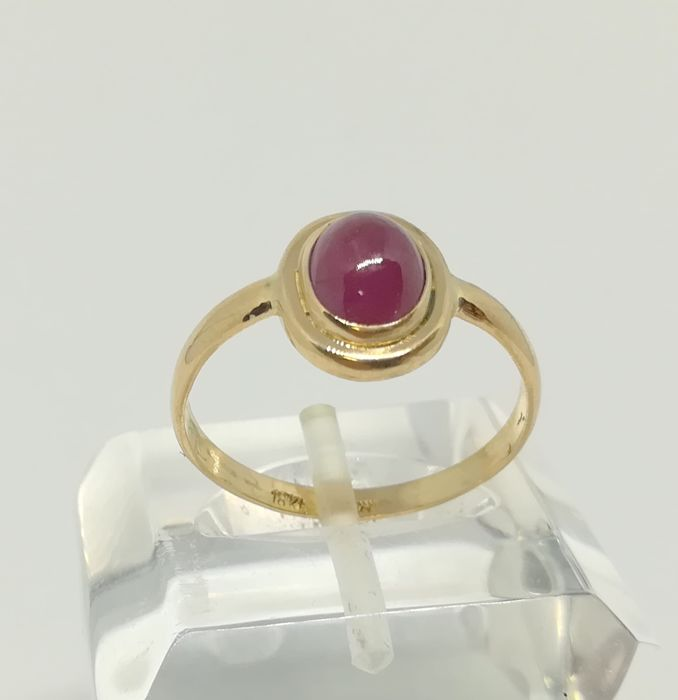Cocktail ring in 18 kt yellow gold with cabochon cut ruby (1.80 ct) - Inner measurement 17 mm