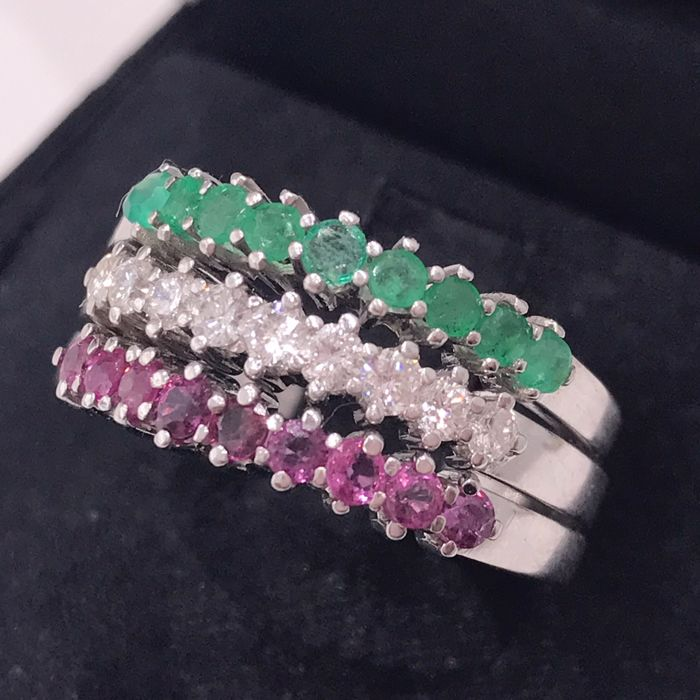 Gold ring of 18 kt with diamonds, emeralds and rubies Size 22