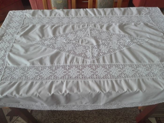 A beautiful hand-embroidered tablecloth, Hand embroidery. A crochet lace. Without a reserve price.