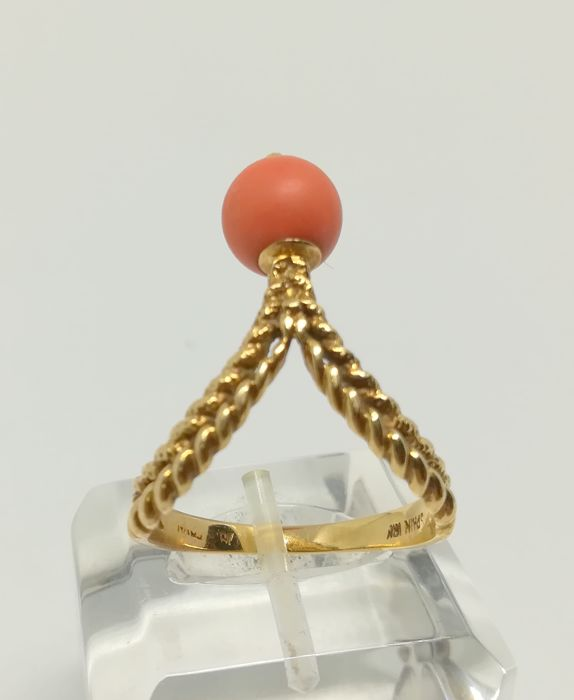 18 kt yellow gold cocktail ring - coral bead - interior measurement 18 mm