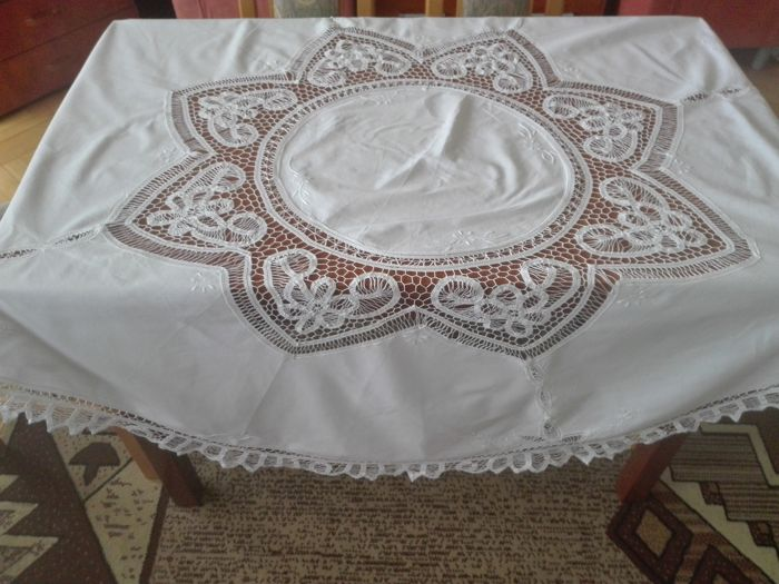 Beautiful round tablecloth, hand embroidered, made from a Brussels lace. Without a reserve price