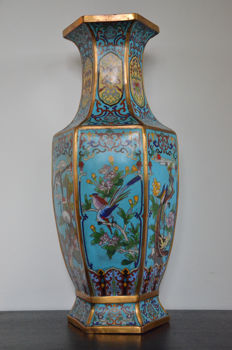 A beautifully decorated cloisonne vase - China - Mid 20th century