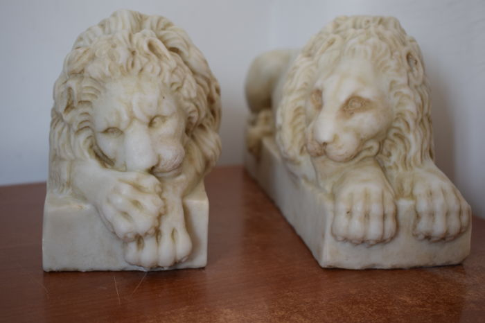 Pair of lions in real Carrara marble - 20th century