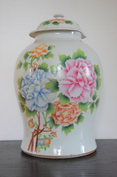 A porcelain jar with lid with a floral decoration - China - First half 20th century