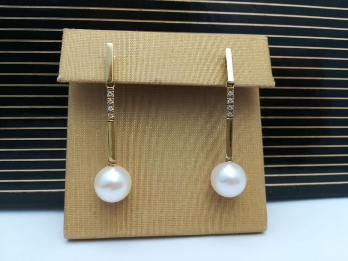 Earrings in 18 kt yellow gold elongated shape with brilliant cut diamonds of 0.10 ct and cultured pearl of 10.8 mm