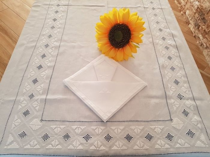 Prestigious tablecloth for 12 people - 100% pure linen with satin stitch embroidery - all handmade