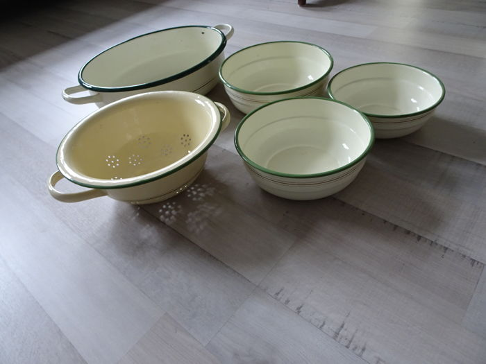 Collection of 5 pieces of kitchenware with white enamel with green and gold coloured edges