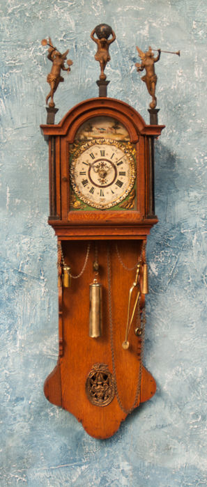 A very complete and lovely Frisian notary of office clock with bridal wreath and wooden statues - Period: around 1850