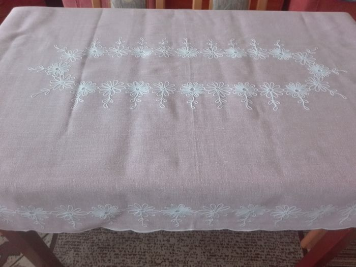 A beautiful hand-embroidered tablecloth. Without a reserve price.