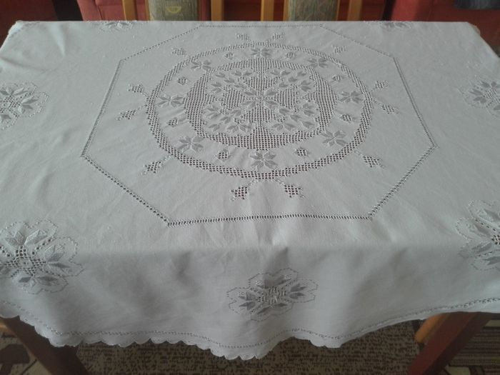 A beautiful round embroidered tablecloth  Without a reserve price.