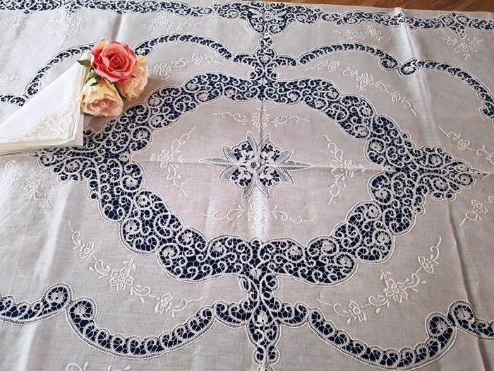 Museum tablecloth for 12 - pure 100% linen with Cantu embroidery and satin stitch - entirely handmade