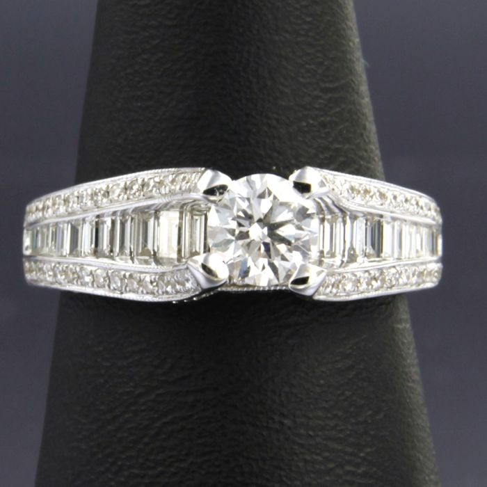18 kt white gold ring, set with brilliant and baguette cut diamonds of approx. 2.52 ct in total