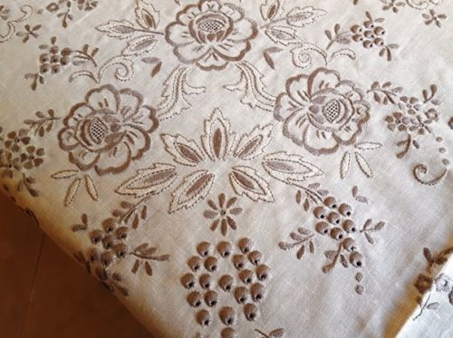 Prestigious tablecloth for 12 - pure 100% Dutch linen - with embroidery of bunches and hand satin stitch