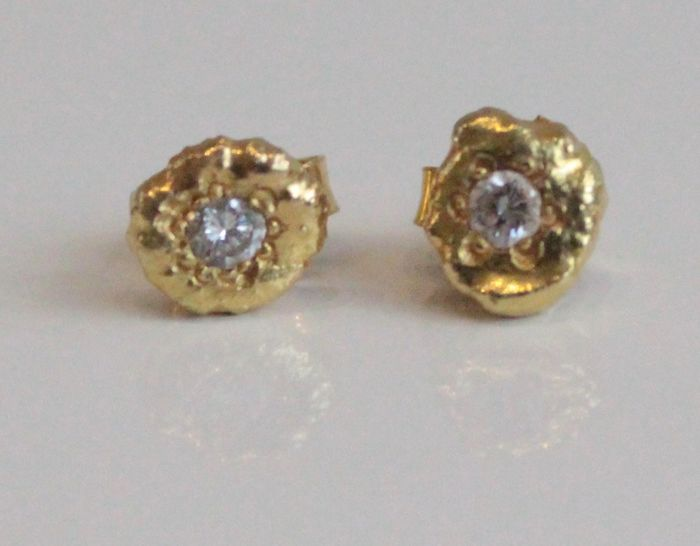 18 kt yellow gold ear studs, size 6 x 6 mm