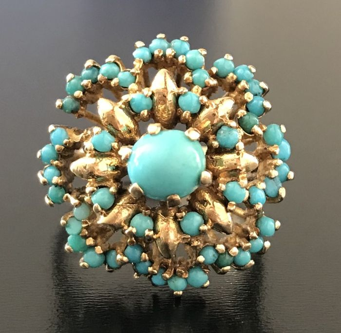 Flower-shaped dome ring in 18 kt gold decorated with a cluster of turquoises