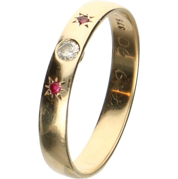 8 kt Yellow gold ring set with ruby and a brilliant cut diamond of approx. 0.06 ct in total - Ring size: 19.25 mm
