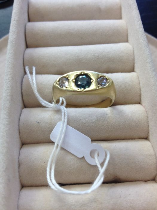 Vintage 18 kt yellow gold ring Sapphire and antique cut diamonds