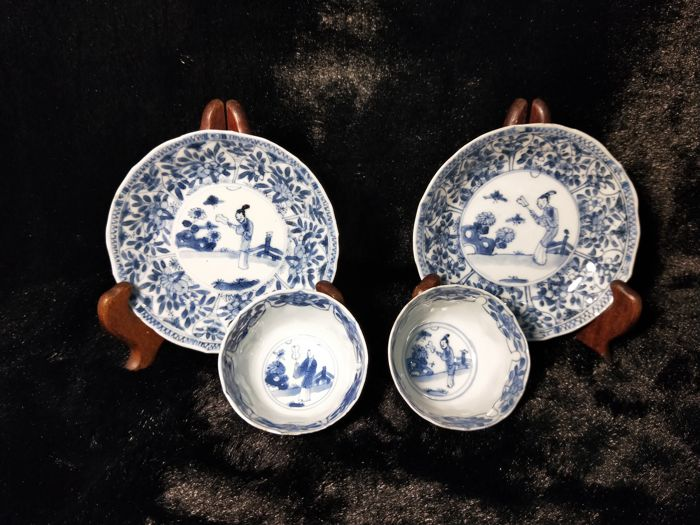 Two cups and two saucers, in blue and white porcelain - The design features a woman - China, from the Kangxi era