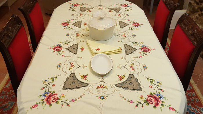 XL rectangular tablecloth in pale yellow embroidered by hand and lace - 8 napkins - 250 x 170 cm