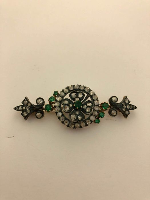 Brooch in 14 kt gold and silver, with diamonds and emeralds