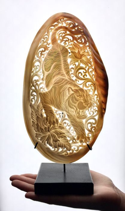 Large hand engraved mother of pearl shell - Traditional Japanese Tiger - Indonesia